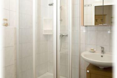Dusche und Wc im Doppelzimmer Enzian