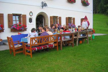 Gäste beim Grillen