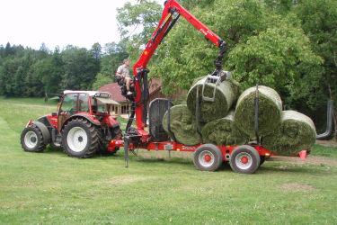Traktor beim Ballen abladen
