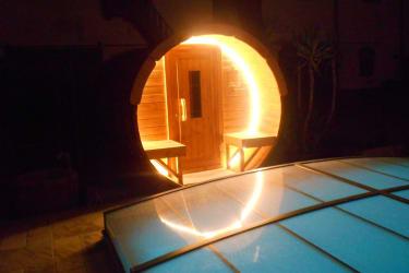 Saunafass beleuchtet
