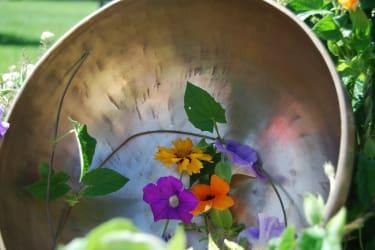 Klangschale mit Blumen