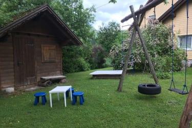 Kinderspielplatz mit Kinderhütte