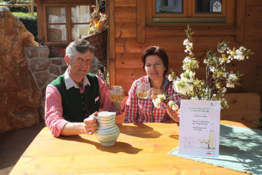 Andrea und Josef mit einem Glas ausgezeichnet Most