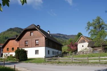 Unser Bauernhof am Ortsrand.