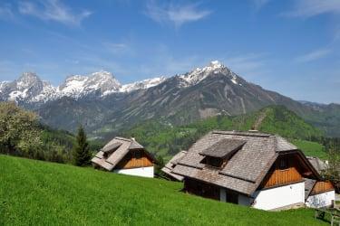 Almhütten mit totem Gebirge