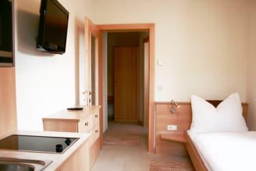 Einzelzimmer 20qm (Das Bett ist auf dem Foto noch 90cm breit - jetzt aber auf 1,2m verbreitert)