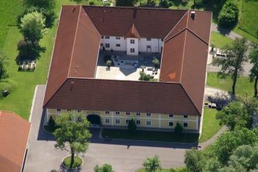 im linken Trakt unseres Hofes befinden sich die 3 Ferienwohnungen, der Seminar- und Veranstaltungsbetrieb