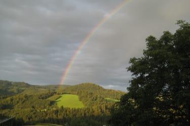 Regenbogen direkt vorm Hof