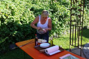 Camilla bei Grillvorbereitung