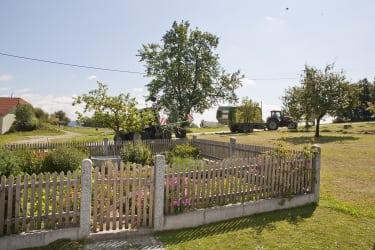 Hausgarten und Traktor am Görlitzerhof