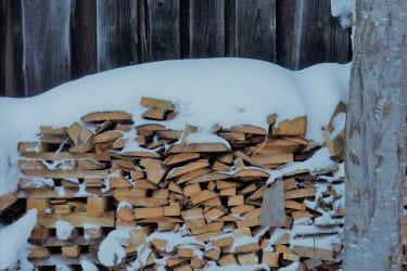Holzstoß vor dem Haus