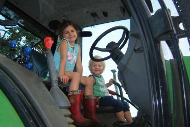 Die Kinder dürfen auch mit dem Traktor mitfahren