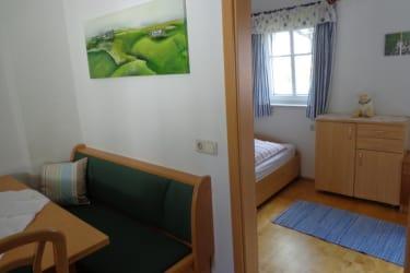 Sitzecke und Kinderzimmer Ferienwohnung