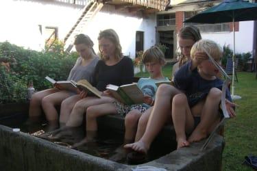 Lesevergnügen am Pool