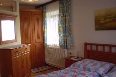 Helles, geräumiges Schlafzimmer