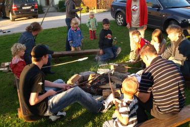 Lagerfeuer mit Würsteln und Stockbrot