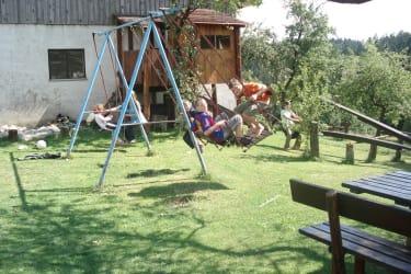 Spielplatz mit Schaukel, Rutsche, Sandkasten und Baumhaus