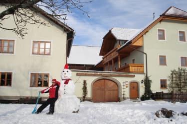 Winteransicht vorm Haus