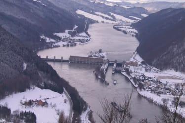 Blick von Penzenstein auf Donaukraftwerk Jochenstein