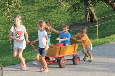 Große und Kleine Kinder gemeinsam beim Spielen am Biohof Schafflhof