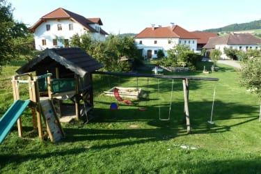 Der Spielplatz vorm Biohof Schafflhof