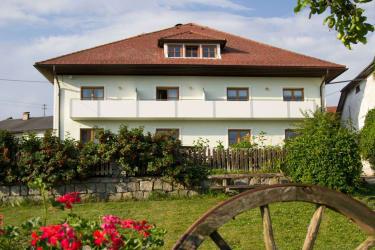 Blick vom Garten auf das Bauernhaus