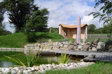 großer Naturbadeteich mit 2 Holzterrassen und Liegestühlen