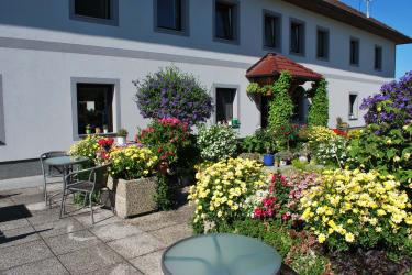 Blumengestaltung vor dem Haus