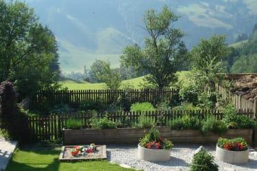 Blick auf den Garten und das Kräuterbeet