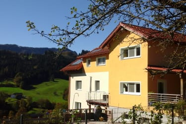 Haus vom Garten aus mit Terrasse