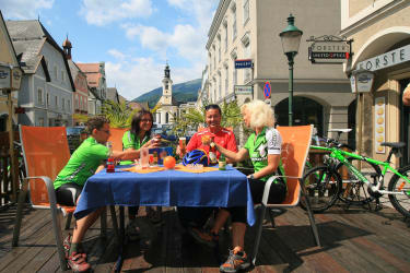 Bikespezialisten Nationalpark Region: Die Rast am Marktplatz von Weyer ist eine tolle Entspannung