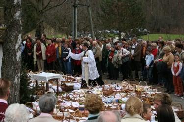 Die Fleischweihe am Karsamstag lockt viele Besucher und Gläubige aus Nah und Fern in die Schönau.