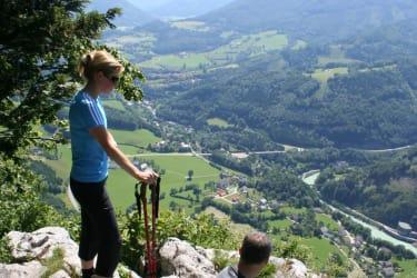 Rotmauer Ausblick Richtung Weyer mit Rapoldeck mit Wanderern