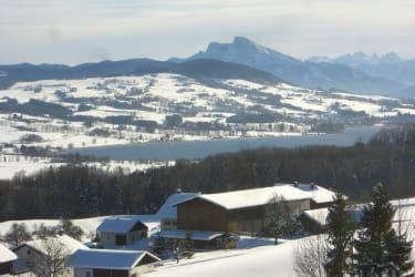 Blick auf den Ferienhof Grossenbauer und auf den Irrsee