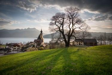Steinbacher Pfarrkirche mit Blick auf den Attersee