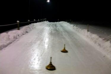 Eisbahn mit Flutlicht