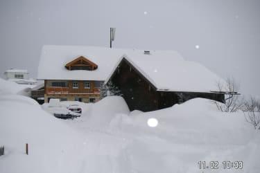 von Teich Richt. Haus viel Schnee