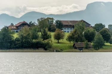 Blick vom See auf den Hof 1