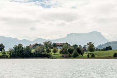 Blick vom See auf den Hof 2