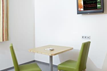 Sitzgelegenheit mit Flat-TV