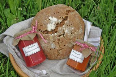 Hoferzeugtes Brot und Marmelade