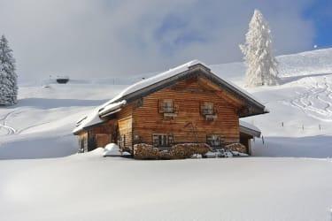 Tief verschneite Wallmanhütte