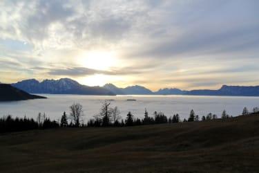 Der Blick von der Hütte auf die umliegende Berglandschaft