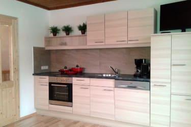 Küche (voll ausgestattet) mit Essecke und Couch (Schlafcouch für 2 Personen)