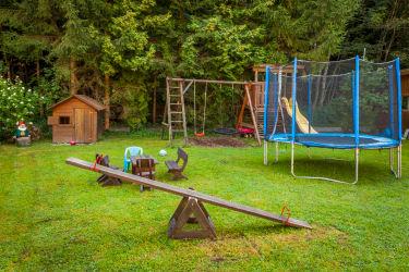 Spielplatz mit Wippe und Trampolin
