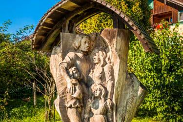Holzschnitzerei   FAMILIE