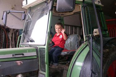 Auf dem großen Traktor
