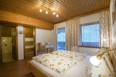 Schlafzimmer mit Blick ins Kinderzimmer