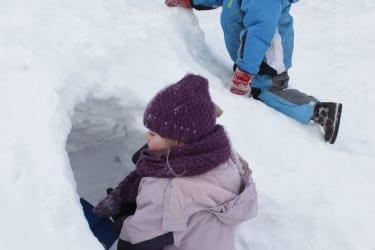 kinder beim Schneehügel