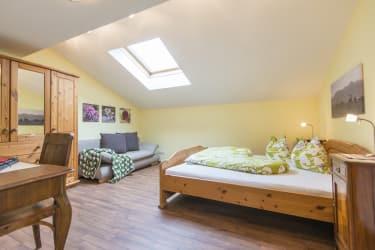 Biohof Maurachgut - Appartement Bergblick - Schlafzimmer mit Couch